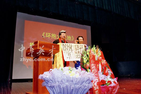 又如《吉祥酒歌》是胡松华答谢1950年首位藏族山歌老师、