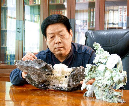 中国工艺美术大师吴元全在设计玉雕作品
