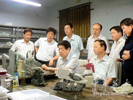中国工艺美术大师吴元全在指导玉雕产品设计